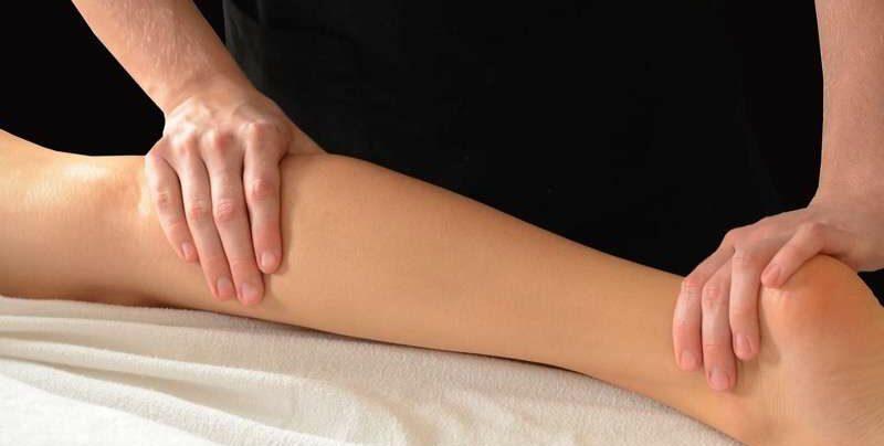 sportmassage van de kuit en achillespees